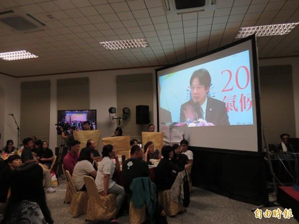 台南市長賴清德以網路直播的方式與北、中市長同台,並回應與會公民的意見。(記者蔡文居攝)