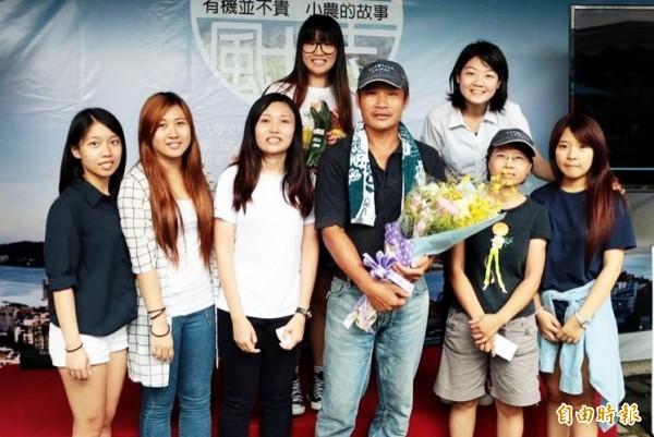 淡江大學學生拍攝在地有機農友盧建和(前排左四)的故事,反思土地的價值。(記者陳韋宗攝)