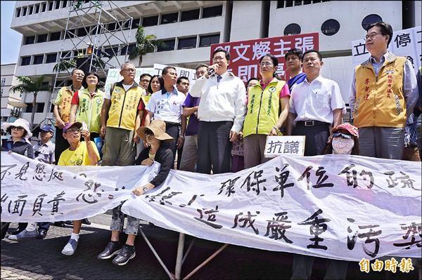 菓林里居民不滿宇鴻科技公司長期污染,昨天到市府前抗議,鄭文燦允諾將要求宇鴻立即停工。(記者林近攝)