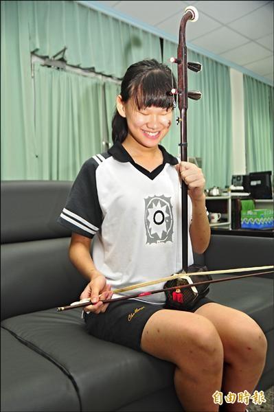 喜愛拉二胡的國風國中全盲學生許家敏,教育會考有4B1A,可上花蓮女中。(記者花孟璟攝)