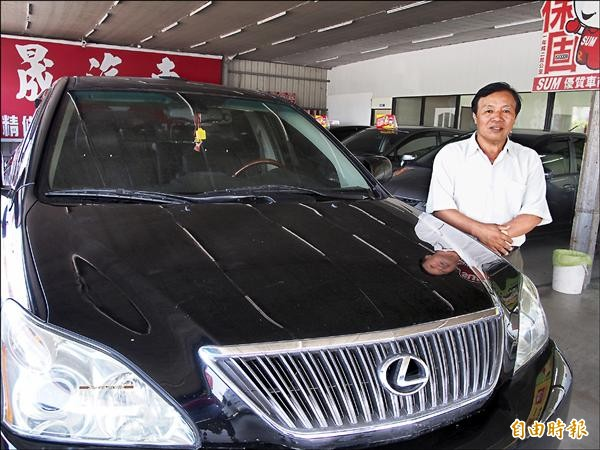 63歲的鄭正德就是開著這輛休旅車,在蜿蜒山路倒車一公里。(記者王秀亭攝)