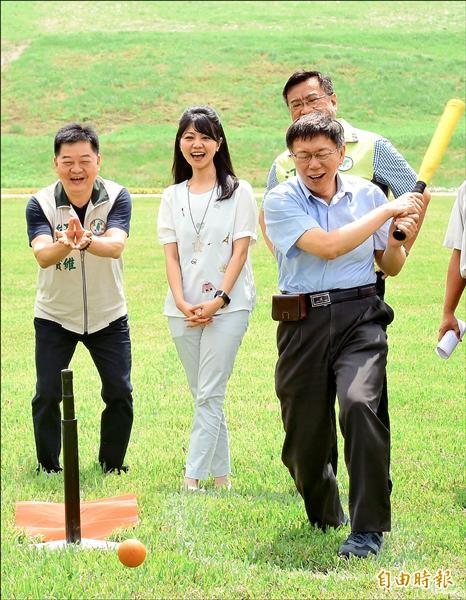 台北市長柯文哲(前右)參加內湖復育園區開幕典禮表示,「下一步要處理的就是內湖焚化爐退役」。(記者劉信德攝)