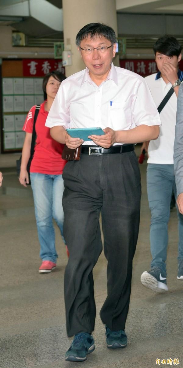 台北市長柯文哲今日表示,節能減碳是普世價值,未來會要求北市府要到攝氏28度才能開冷氣,太熱的話,員工即使穿短袖短褲上班也沒關係。(記者王敏為攝)