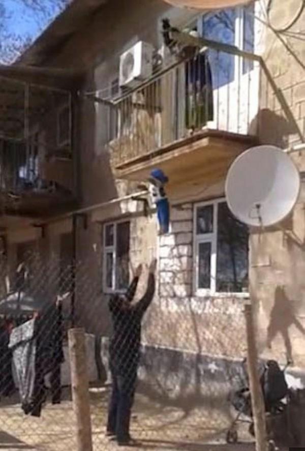 哈薩克有民眾錄到鄰居丟孩童的誇張行為。(圖擷取自YouTube)