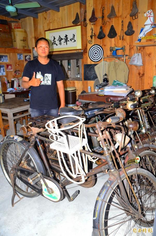武農社長邱盈誌收藏了很多早期的鐵馬,6月21日將舉辦全國古董車大會師,歡迎各界參與。(記者吳俊鋒攝)