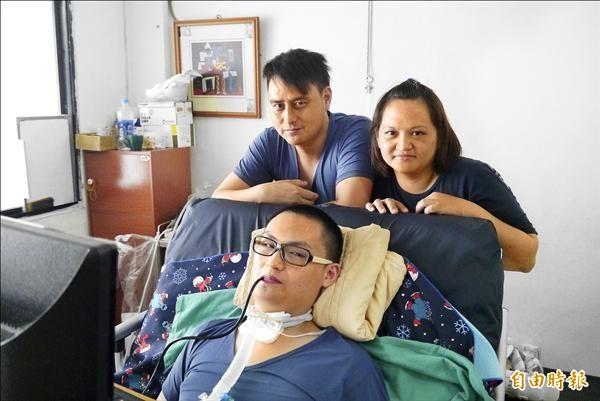 兩年前一場跳水意外,讓當時只有13歲的蔡品捷全身癱瘓,蔡品捷爸媽兩年來散盡積蓄醫治兒子。(記者王峻祺攝)