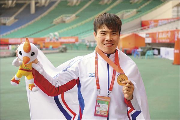 台灣健兒好棒!標槍好手黃士峰昨天在亞洲田徑錦標賽男子標槍決賽以七十九公尺七四奪下金牌,台灣代表隊獎牌榜累積奪下一金三銀一銅,創下廿六年來最佳成績。(中央社)