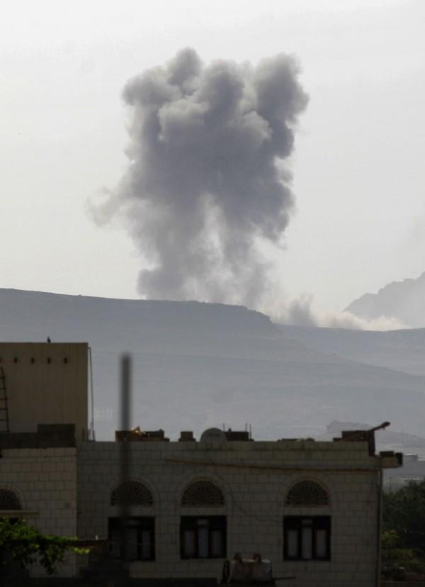 葉門首都沙那今天被沙烏地阿拉伯盟軍襲擊,造成45死上百人受傷。(法新社)