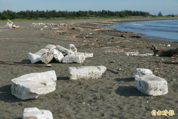 漁光島海灘到處都是保麗龍、碎屑。(記者蔡文居攝)