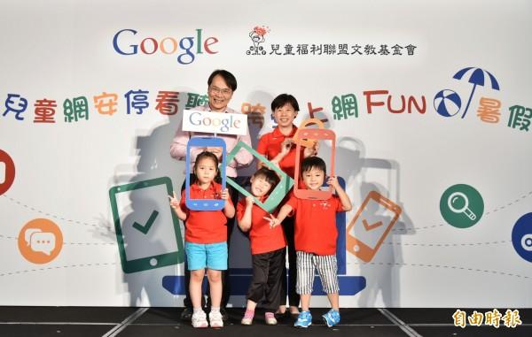 Google台灣董事總經理簡立峰(後左)、兒童福利聯盟文教基金會執行長陳麗如(後右)宣布攜手推動台灣兒少網路安全計畫。(記者黃邦平攝)