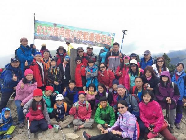 插角國小金敏分校五年級生成功登上合歡山,在雲霧飄渺的峰頂留下一輩子難忘的回憶。(插角國小金敏分校提供)