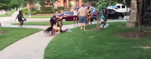 美國警察將泳裝少女摔倒在地。(圖片擷取自《YouTube》)