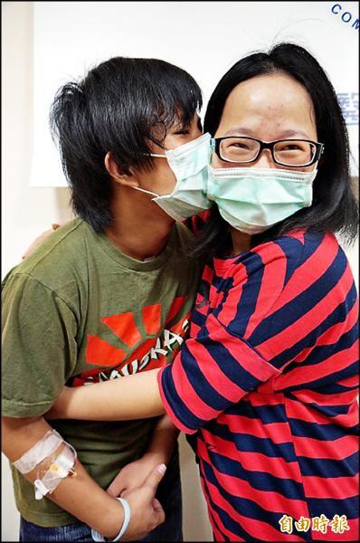 身為長子的陳治平(左)感謝媽媽獨力撫養家中4個小孩。他說,要趕快養好身體,幫媽媽照顧弟妹。(記者蔡淑媛攝)