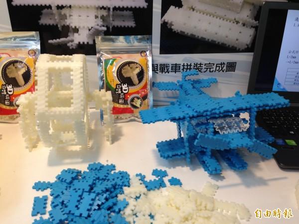 高雄應用科大老師吳政憲帶來3D創意巧拼,保留螺絲的螺帽與螺紋特徵,轉成有趣的創意立體拼圖如飛機、車子等。(記者林曉雲攝)