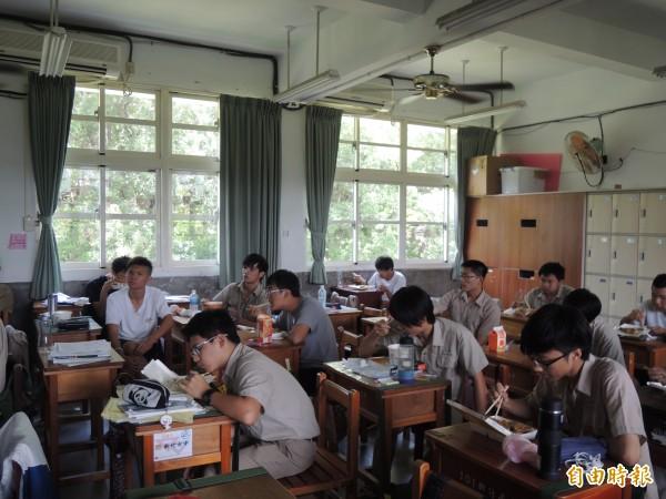 新竹高中反黑箱課綱行動小組在校內進行第二場公共論壇,採各個擊破入班宣導方式,由行動小組成員說明,與學生交換意見,很多學生邊吃便當邊了解,氣氛熱絡。(記者洪美秀攝)