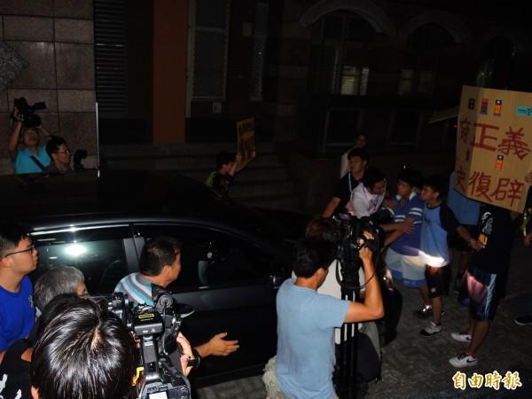 學生擋車舉牌,阻止吳思華坐車離去。(記者林良昇攝)