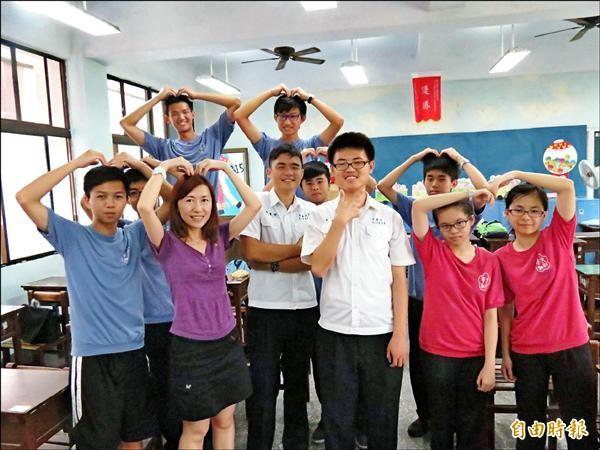 文華高中3年15班發動「愛心值日生」,幫助2名罹癌同學順利完成學業,達成全班一起畢業的約定。(記者蘇孟娟攝)