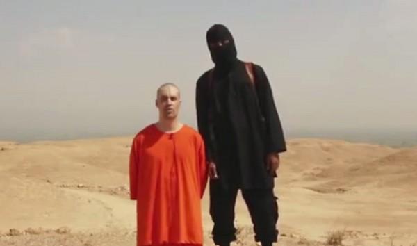 記者佛里(左)於2012年的11月在敘利亞遭綁架,且伊斯蘭國在去年稱為了報復美軍的轟炸將佛里斬首,引發當時國際社會一陣譁然。(美聯社)