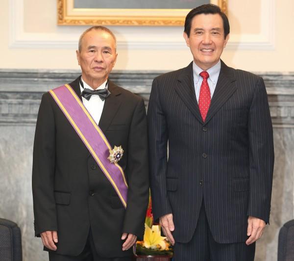 總統馬英九(右)今日在總統府頒贈知名導演侯孝賢(左)二等景星勳章,表彰侯導在美學的傑出成就。(中央社)