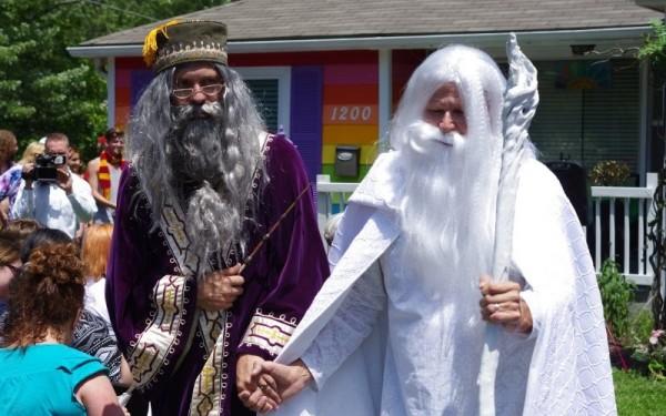 鄧不利多和甘道夫最近舉辦了婚禮,媒人是《哈利波特》作者J.K.羅琳。(圖擷自「TheDailyBeast」)