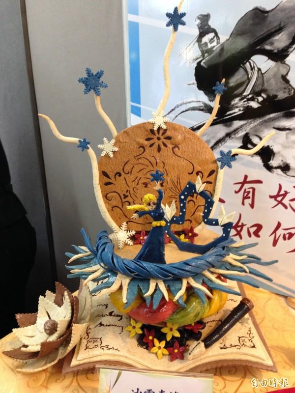 中山工商在記者會中展示學生的創意作品冰雪奇緣。(記者林曉雲攝)
