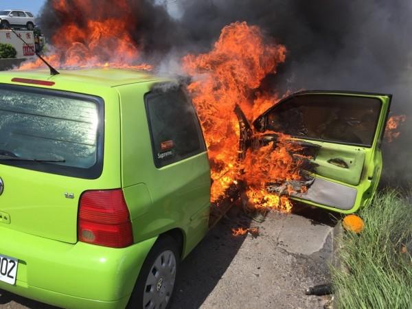一輛綠色自小客車今天下午停在國道一號中山高速公路北上83.4公里處,引擎蓋起火燃燒,新竹縣消防局獲報後,立即派員搶救,所幸駕駛及時逃出,沒有生命危險。(記者王駿杰翻攝)