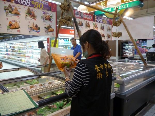 衛生局抽檢家樂福販賣的肉粽。(圖由衛生局提供)
