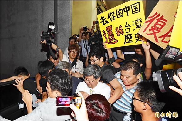 教育部長吳思華於中一中舉辦課綱微調說明會,吳離席時遭到參與座談會學生包圍抗議。(記者廖耀東攝)