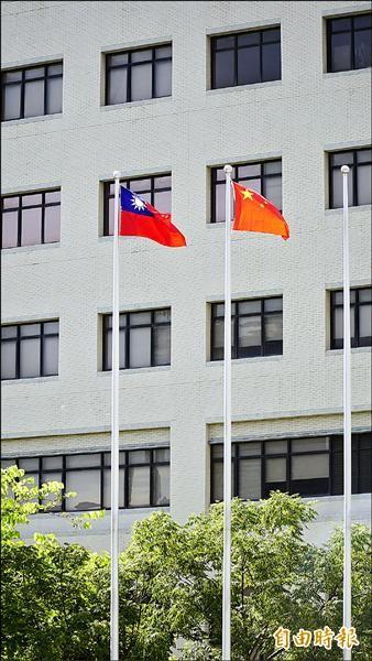 成大醫院外昨日高掛著一面中國五星旗,與中華民國國旗並列,引來民眾不同看法,院方解釋是因為有對岸嘉賓來訪才掛上,屬於院方慣例。(記者黃欣柏攝)