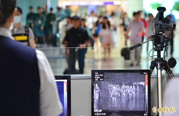 圖為桃園機場一架熱感應攝影機監控入境旅客的體溫。(記者姚介修攝)