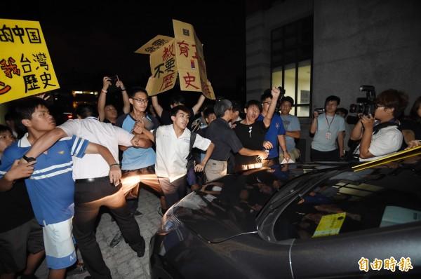 教育部昨晚於台中一中舉辦「課綱微調座談會」,部長吳思華離席時,遭到學生包圍座車抗議,學生高喊「部長道歉,退回課綱」。(資料照,記者廖耀東攝)