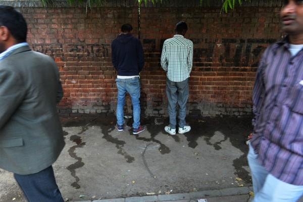 過去許多印度人認為廁所是非常不乾淨的地方,所以會盡量遠離的至附近便溺,因此多會選擇在街道邊,或是牆邊大小便。(法新社資料照)