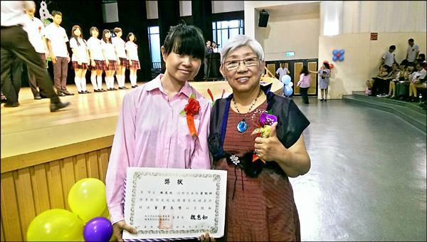 育民工家進修部學生陳笑欣是來自中國的新住民,白天上班撫養兩名子女、晚上上課,她一舉拿下董事長獎、市長獎及特別獎。(記者蔡政珉翻攝)