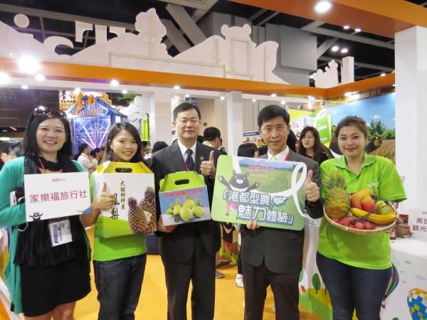 高雄市觀光局許傳盛(中)率隊搶進香港旅展,高雄靚女型農曾湘樺(右一)、蘇意晶(左二)也來到會場促銷。(高市觀光局提供)