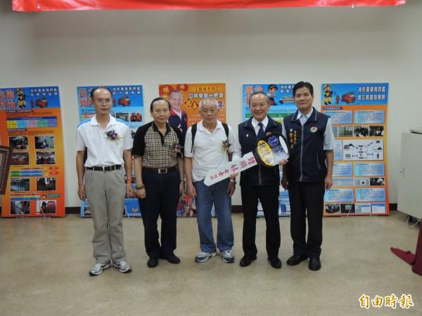 已故鍾順妹的弟弟林益鴻(左3)等家屬代表捐贈救護車給苗栗縣長徐耀昌(右2)。(記者張勳騰攝)