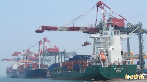 市府投資台灣港務國際物流公司,財政局長林顯傾強調「穩賺不賠」。(記者黃鐘山攝)