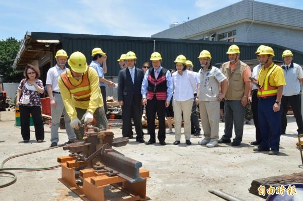 民進黨主席蔡英文(右五)參觀台鐵員工焊接鐵軌情形。(記者謝武雄攝)