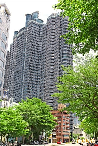 高市超級豪宅國硯年初爆發弊案,檢方偵結起訴2名市府官員及5名業者。(記者黃佳琳攝)