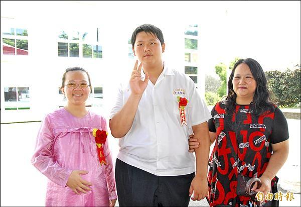 同德家商畢業生簡彥伍(中)感謝導師林孟瑤(左),和媽媽彭珮芬(右)。(記者陳鳳麗攝)