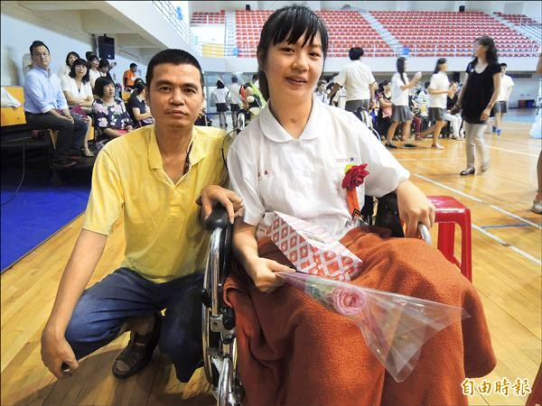 陳山旭(左)陪女兒陳慧巧就讀國中順利畢業。(記者張軒哲攝)