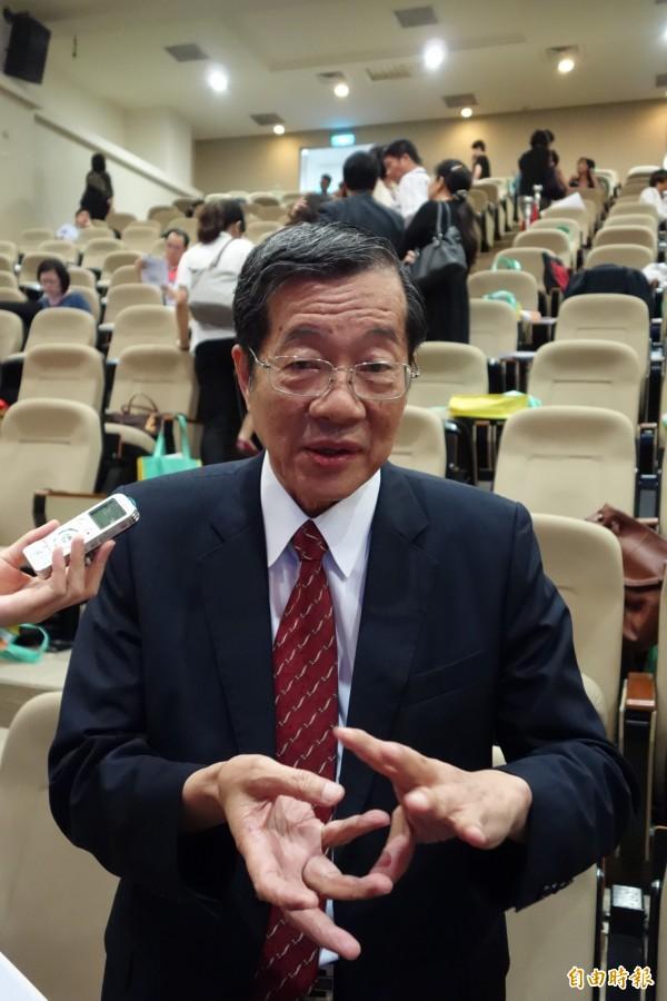 財團法人高教評鑑中心董事長黃榮村認為,台灣高教資源投資不如大國,希望大家多關心,不要整天談政治。(記者吳柏軒攝)
