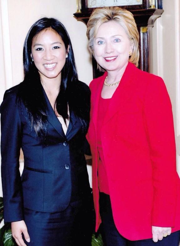 華裔美籍溜冰好手關穎珊(Michelle Kwan)(左)宣布加入希拉蕊(Hillary Clinton)(右)總統競選團隊。(圖擷自關穎珊twitter)
