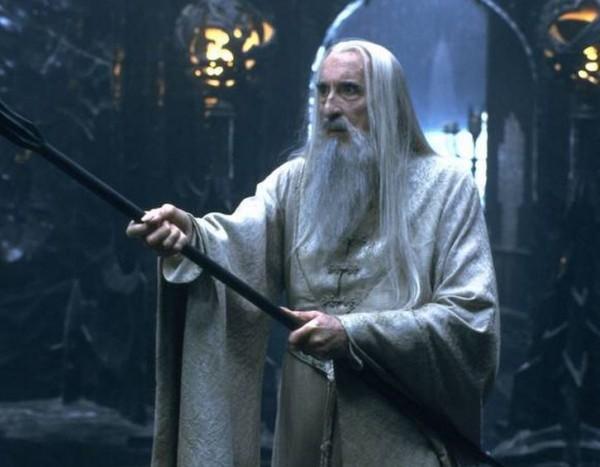 飾演「白袍巫師」的英國演員克里斯多福李因心臟衰竭在倫敦醫院病逝,享年93歲。(圖片擷取自《獨立報》)