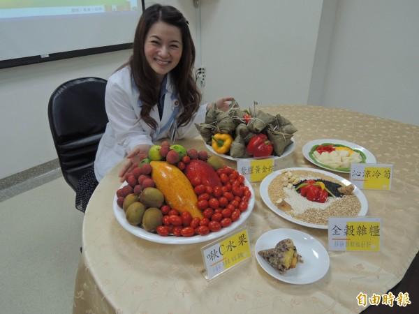 全穀雜糧做為肉粽食材,加上攝取足夠纖維質、維生素,讓端午佳節品嚐粽子也能很健康美味。(記者林孟婷攝)