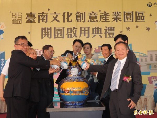 多位來賓把代表文化等各領域好酒注入注福大酒瓶,象徵台南文創產業園區發展長長久久。(記者王俊忠攝)