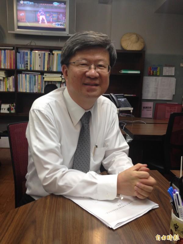 教育部長吳思華晚間說明取消課綱座談會一事,學生得到消息直呼太扯。(記者林曉雲攝)