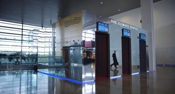 斯德哥爾摩的阿蘭達機場,最近設置了非常貼心的「天氣房」,讓旅客可以在房間內,親身體驗目的地的天氣。(圖取自YouTube)