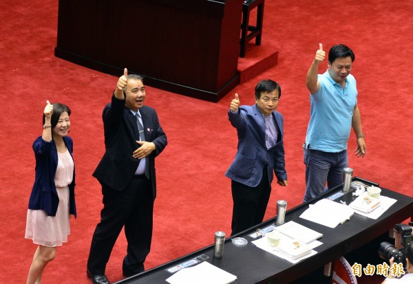 立法院院會行使司法院大法官被提名人黃虹霞、吳陳鐶、蔡明誠與林俊益同意權案投票,4人都獲超過57票同意票,獲立法院同意任大法官。國民黨立委們比讚歡呼。(記者王藝菘攝)