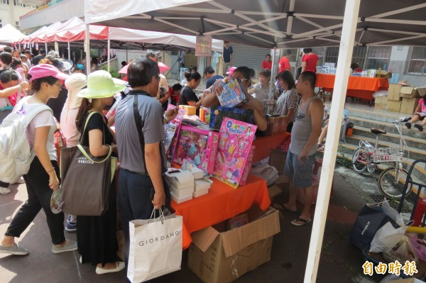 南台中家扶中心舉行跳蚤市場愛心義賣,民眾頂著豔陽尋寶兼做公益。(記者蘇金鳳攝)