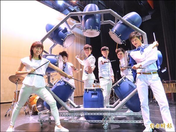 「Punch」打擊樂團為了此次巡演,將餿水桶裝在塑膠水管及鐵架上,成為八角型造型的打擊樂器。(記者王揚宇攝)